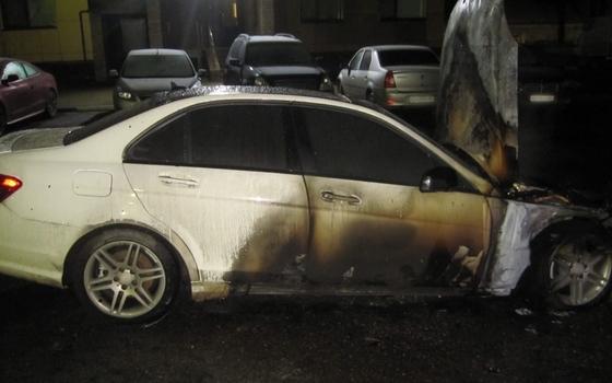 Mercedes-Benz загорелся ранним утром в Смоленске