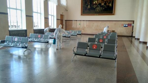 На железнодорожном вокзале Смоленска проводится дезинфекция и контролируется масочный режим