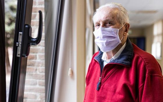 Пенсионеров Смоленской области просят уйти на больничный