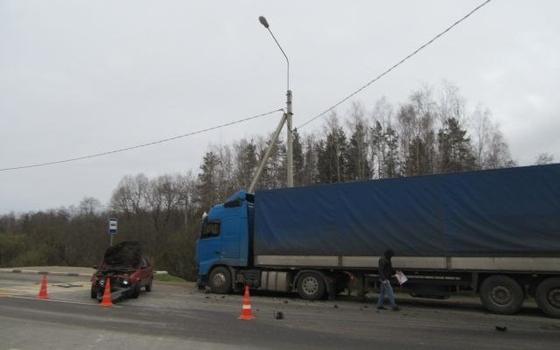 В Смоленске столкнулась фура и иномарка