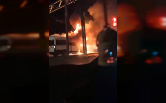 Огонь охватил микроавтобус в Смоленске