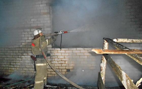 Пожарные тушили горящий дом в Вяземском районе