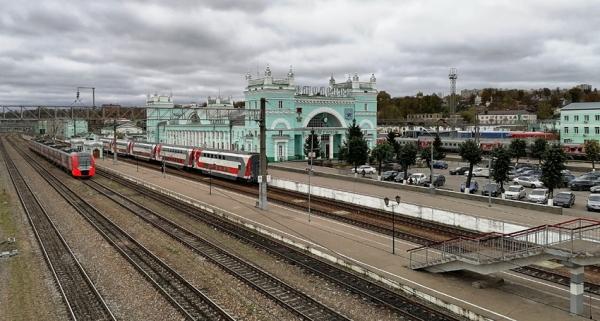 Железнодорожники напомнили пассажирам на вокзале Смоленска о важности соблюдения масочного режима