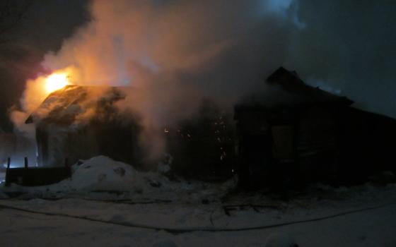 Жители Сафонова уехали на новогодние праздники, а их дом сгорел