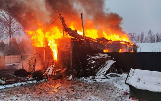 Несколько часов пожарные тушили горящую дачу в Смоленском районе