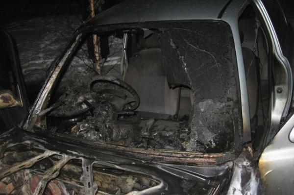 Огонь почти уничтожил иномарку в Смоленске