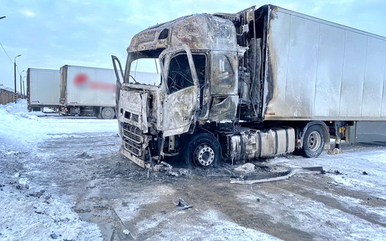Огонь уничтожил тягач на смоленской трассе