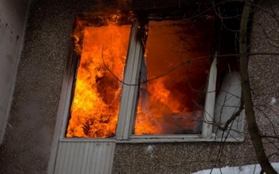 12 пожарных отправились тушить квартиру в Смоленске