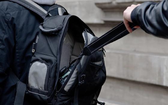 48-летний рецидивист украл у смолянки рюкзак с деньгами