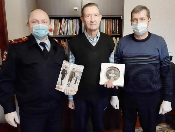 Смоленские транспортные полицейские поздравили почётного ветерана МВД с днем рождения и Днем транспортной полиции России!