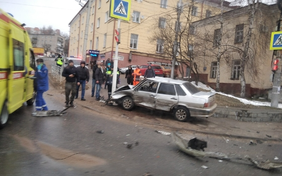 В Смоленске на перекрестке произошло жесткое ДТП