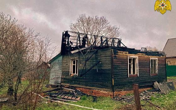 Огонь уничтожил крышу дома в поселке Холм-Жирковский