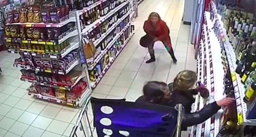 Двум смолянкам грозит тюремный срок за кражу нескольких бутылок вина из магазина
